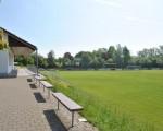 Tribüne und Sportplatz